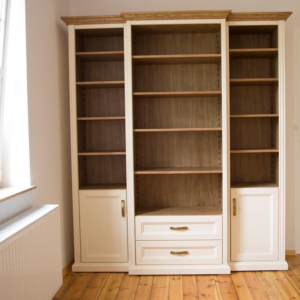 Drewniany regał na książki w stylu prowansalskim z dębowym środkiem wykonana z drewna na cokole, bardzo elegancka, klasyczna z uchwytami z starego złota, otwarty regał na książki z regulowanymi półkami w jasnym kolorze, na wymiar, w śrdoku znajdują się szuflady z cichym otwieraniem a po bokach drzwiczki
