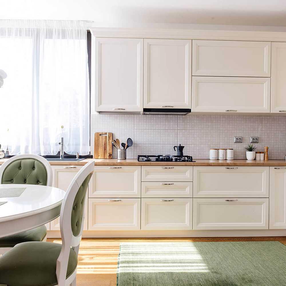 Drewniana kuchnia, w kolorze ceri, w stylu prowansalski, bardzo elegancka i funkcjonalna kuchnia z debowym blatem
