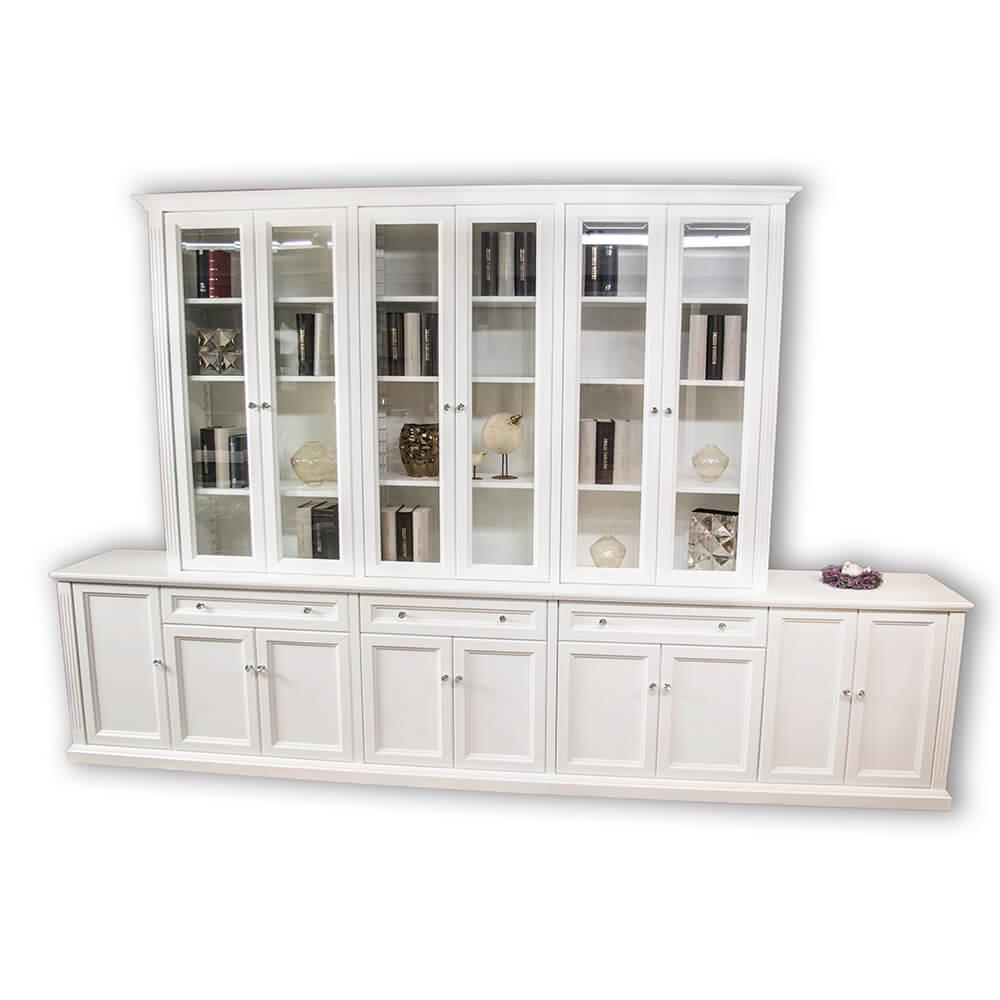biały, duży regał na książki z drzwiczkami i szufladami w stylu prowansalskim, klasycznym, na drewnianych frontach, z przeszkleniem, kryształowymi uchwytami, regulowanymi półkami na książki, bardzo wysoki, w białym kolorze, elegancki regał wykonany na wymiar pod wizualizację przez stolarza