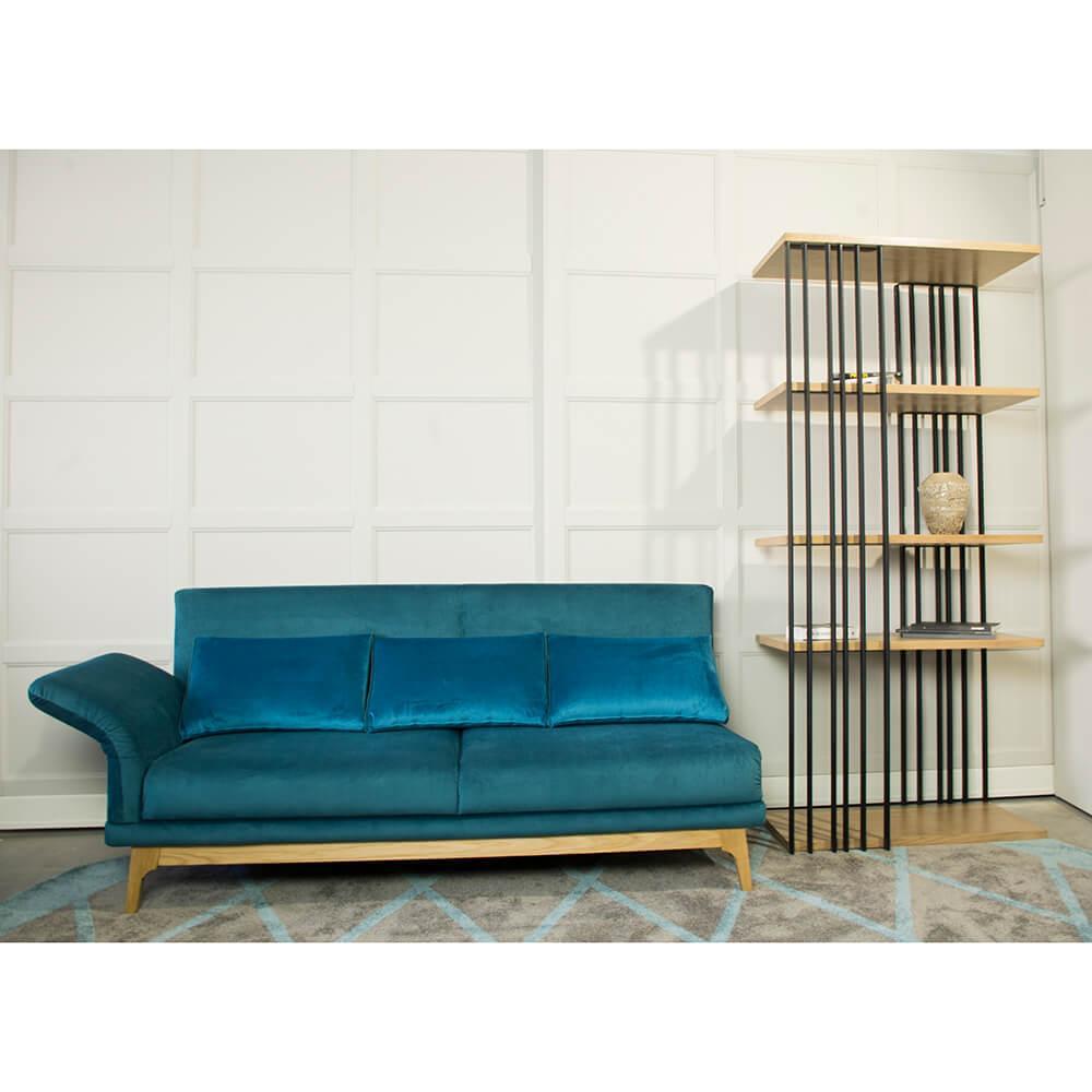 Skandynawska sofa w postaci szezlongu w kolorze niebieskim z poduszkami, odchylanym, regulowanym bokiem na drewnianych nóżkach, bez funkcji spania, bardzo wygodny szezlong na wymiar pasujący do industrialnego regału z metalem w kolorze czarnym z dębowymi, pięcioma półkami. Otwarty regał i szezlong pasujący do salony, gabinetu lub pokoju młodzieżowego z możliwością transportu do Katowic, Wrocławia, lublina, warszawy i całej polski