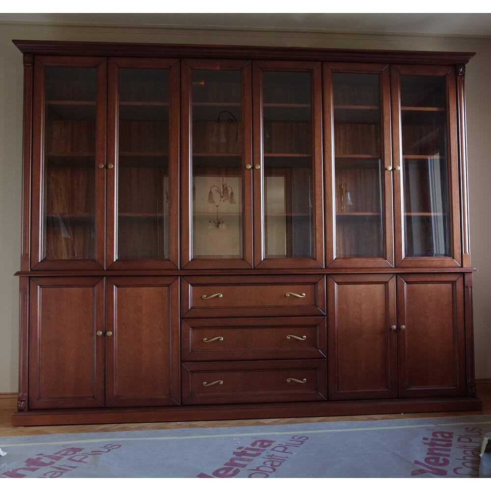 duża, klasyczna biblioteka wykonana na wymiar, w stylu klasycznym, z szufladami, drzwiczkami pełnymi i przeszklonymi, regał na książki z półkami, ozdobnym wieńcem, na cokole
