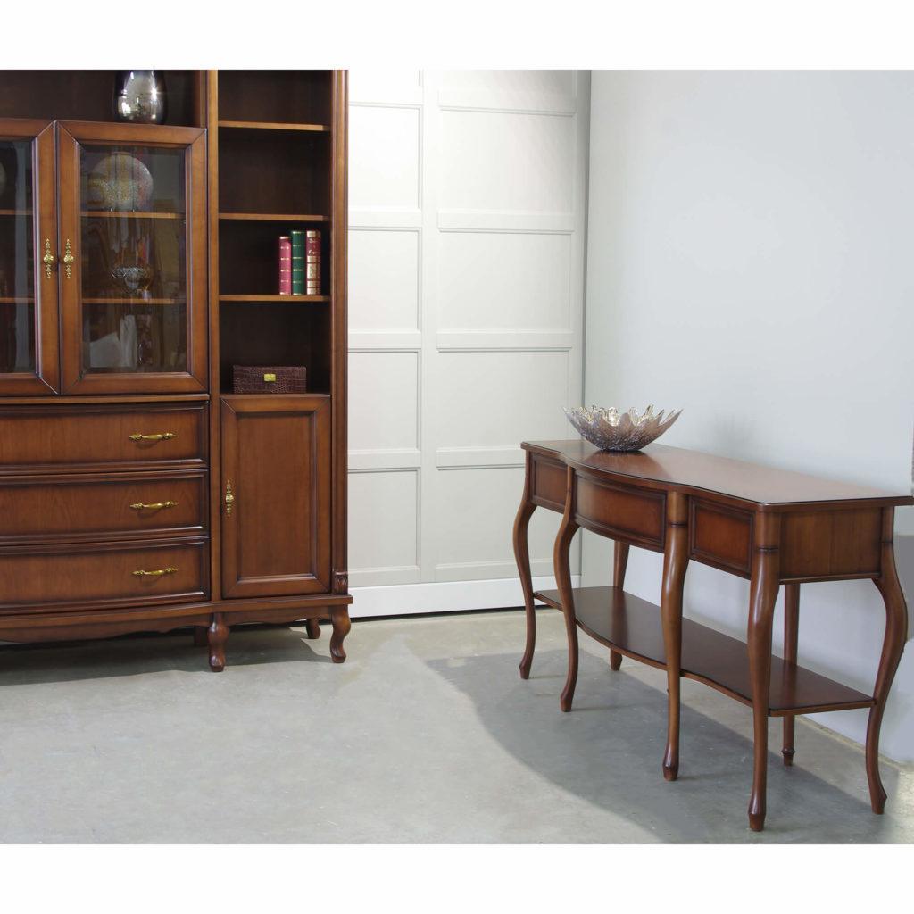 klasyczne meble do salonu i pokoju w wolnym miejscu stoi konsolka na nogach ludwik, w kolorze ciemny, wykonana z drewna z szufladami, półka oraz mosiężnymi uchwytami