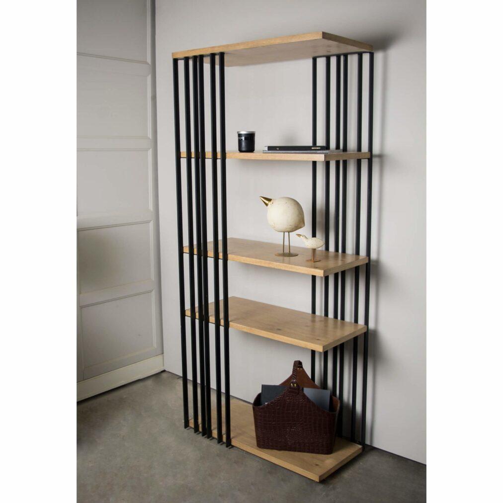 metalowy regał na książki w stylu industrialnym, minimalistyczny idealny do salonu lub jadalni. otwarty regał na książki z drewnianymi, dębowymi, grubymi półkami o szerokości 70 cm, bardzo elegancki, nowoczesny w dwóch kolorach drewna i czarnej stali, regał industrialny z pięcioma półkami