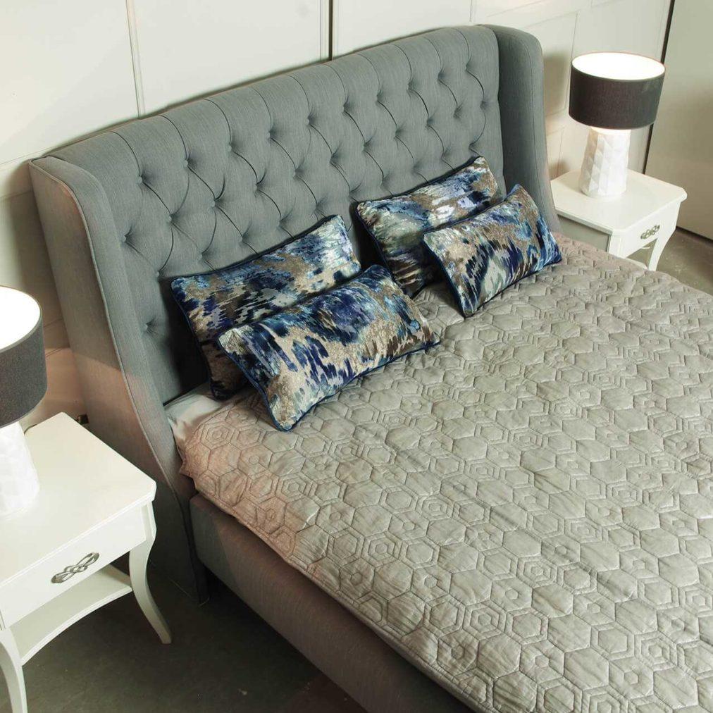 Sypialnia Diamond w stylu glamour, tapicerowane z guzikami, na wymiar, biała komoda na nóżkach, szafka nocna biała