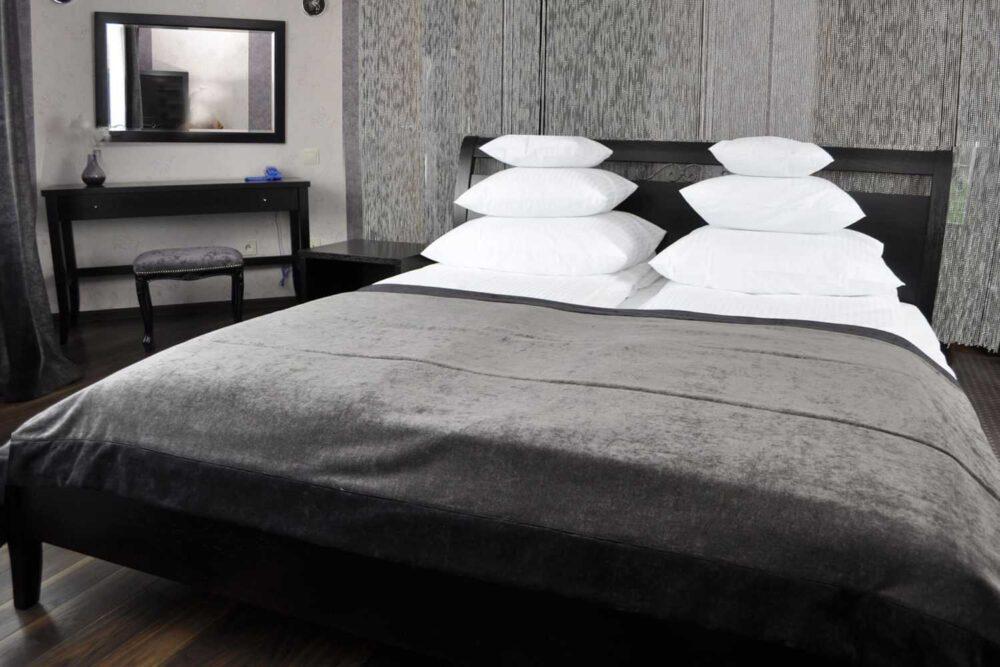czarna sypialnia wnege z łóżkiem na wymiar