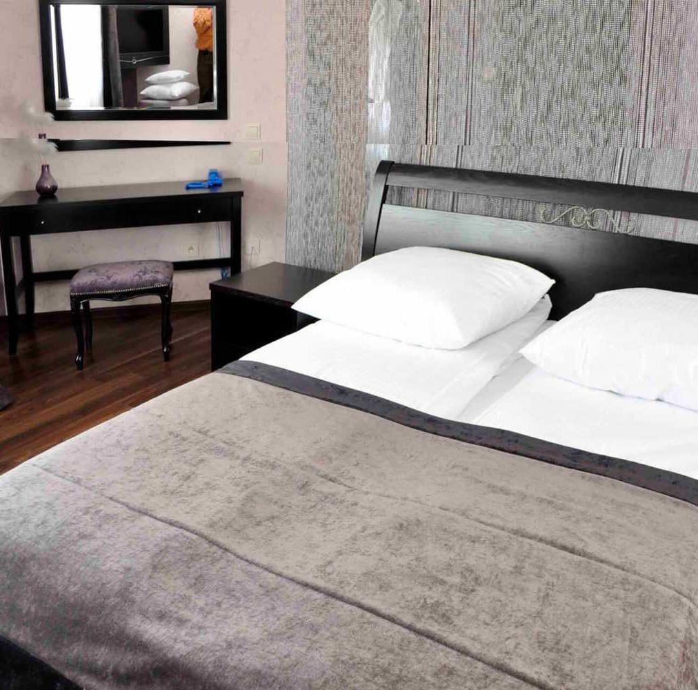 nwooczesna sypialnia na wymiar wnege czarna z metalem