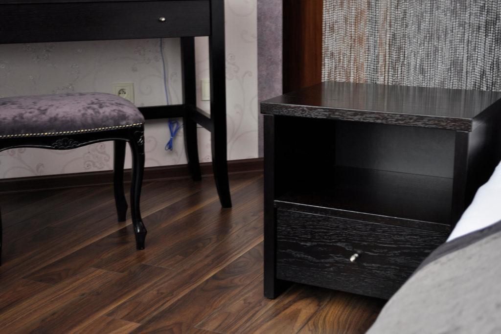 drewniana czarna szafka nocna z szufladą i półką