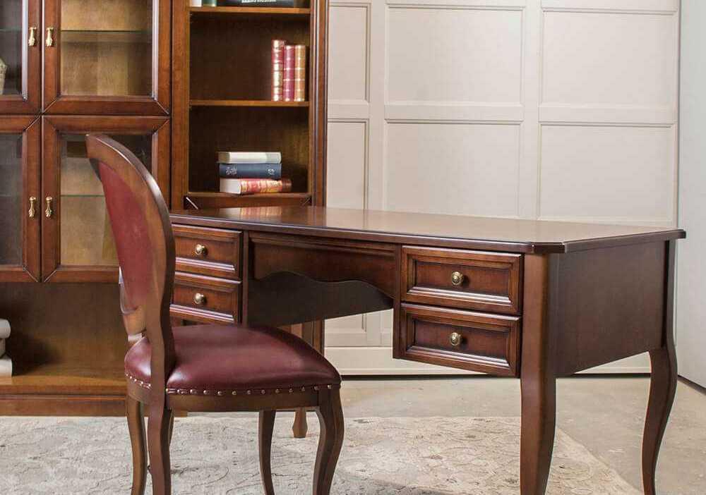 stylowe biurko z szufladkami, na nogach, klasyczne, drewniane, z złotymi uchwytami, w włoskim , klasycznym stylu. Eleganckie biuro do gabinetu lub biura z krzesłem lub fotelem